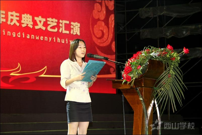 校友代表清华大学毕业生韦旖旎发言