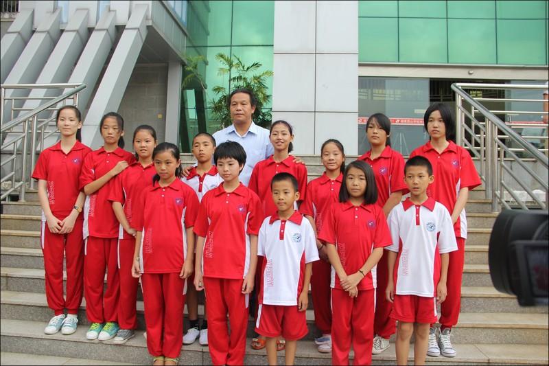 受助学生与西山教育集团董事长兼总校长张文彬合影