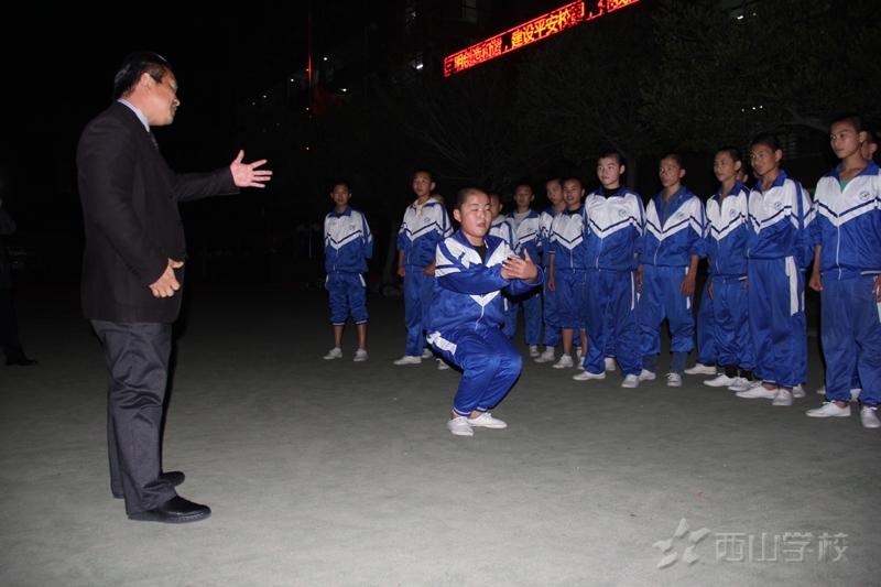 引领者的风范——夜幕下董事长亲自传授学生武术