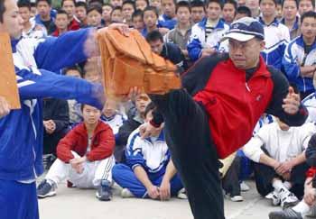 """【视频】""""铁脚""""陈永辉 2004年于福建西山学校创造世界吉尼斯纪录表演"""