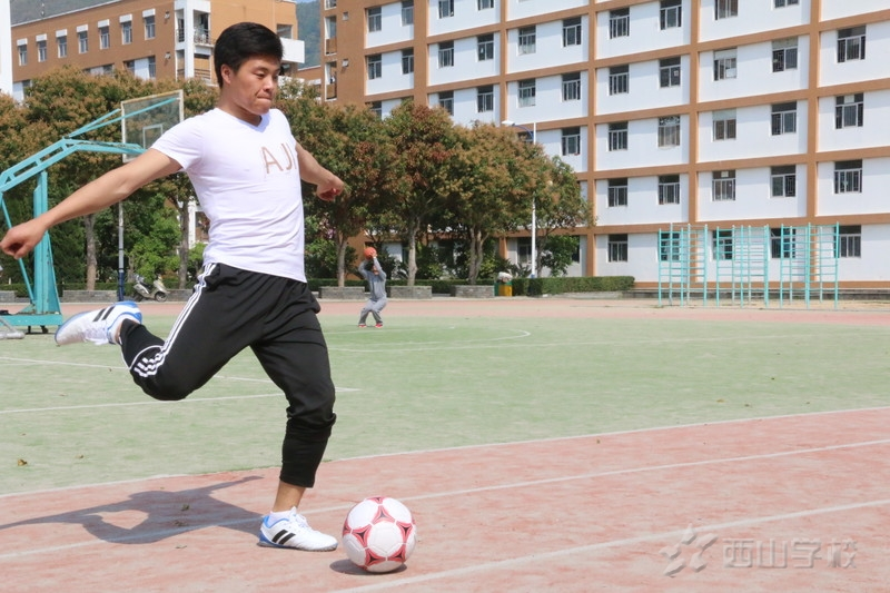 足球教学的关键是如何培养孩子的兴趣  江西足球教练曾小华示范课