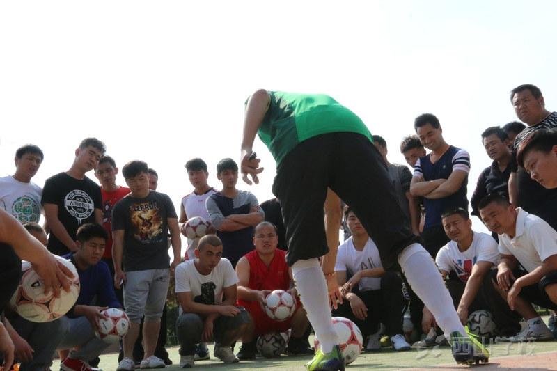 让孩子在游戏中学习足球  江西足球教练曾小华示范课