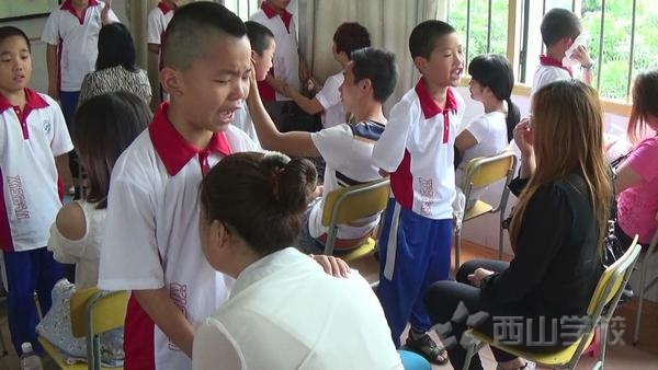 感恩父母 励志腾飞——西山学校小学部六一儿童节特献亲子讲座