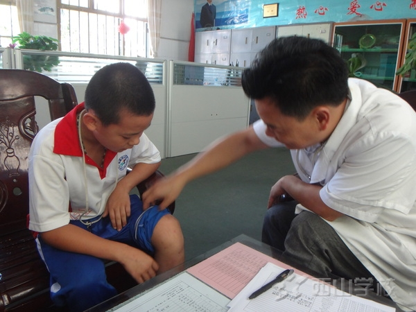 西山学校小学部对部分学生开展二次体检问诊建档工作
