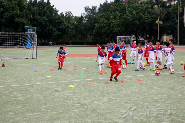 福建西山学校小学部开展校园足球《脚背运球》同课异构教学观摩活动