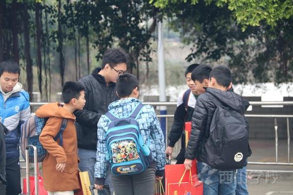 线上百家乐2018年寒假第一天学生陆续离校返家