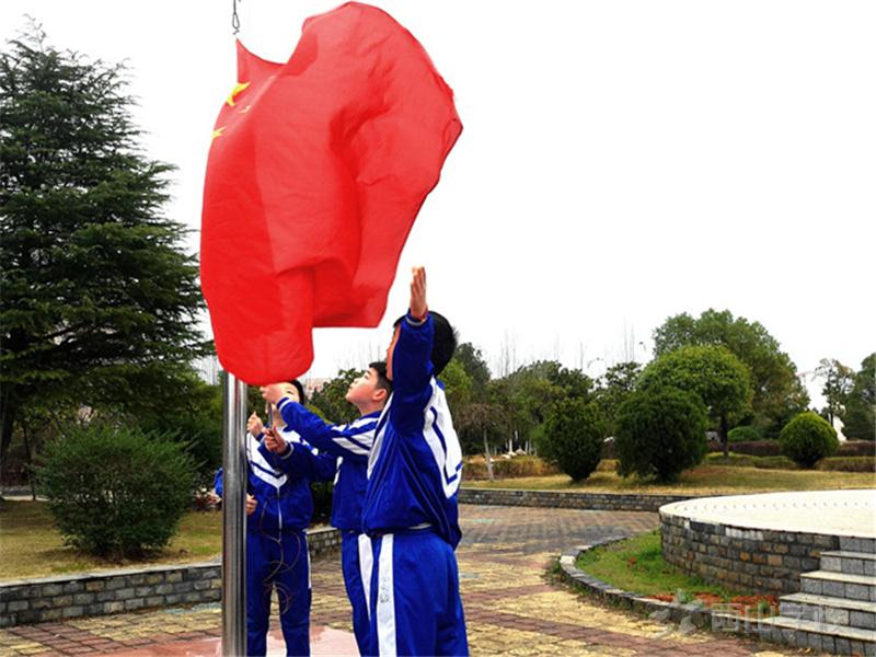 梦想飞扬 再创辉煌--江西省西山学校小学部举行第一周升旗仪式