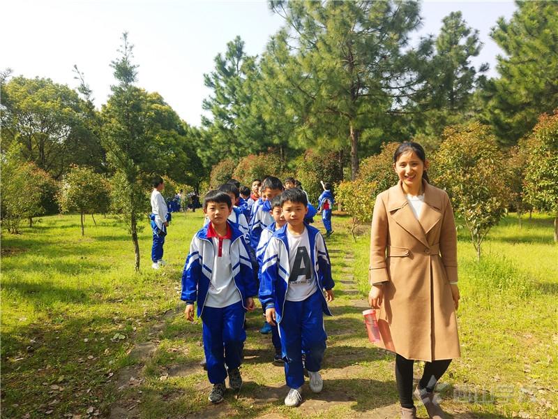 西山美景我来赞--江西省西山学校小学部开展校内春游活动