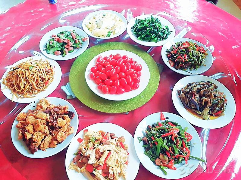 在鼓励中成长--江西省西山学校小学部开展鼓励餐活动