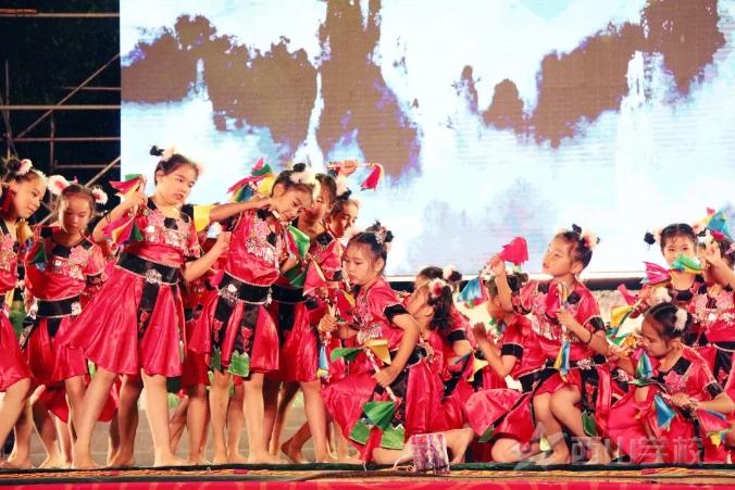 """福建西山学校2018年庆""""六一""""大型文艺晚会——舞蹈《小小铜铃摇大山》"""