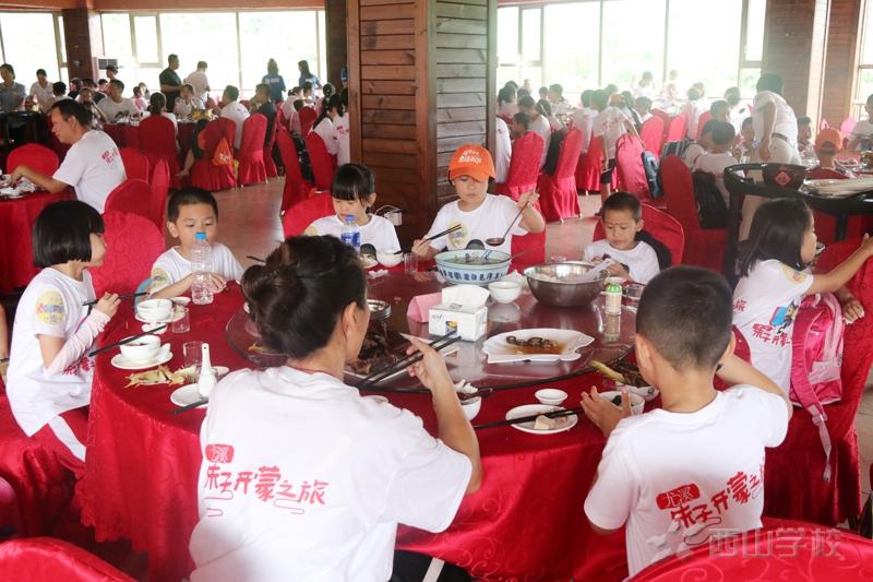 """福建西山学校150名学童齐聚""""朱子故里""""开笔破蒙"""