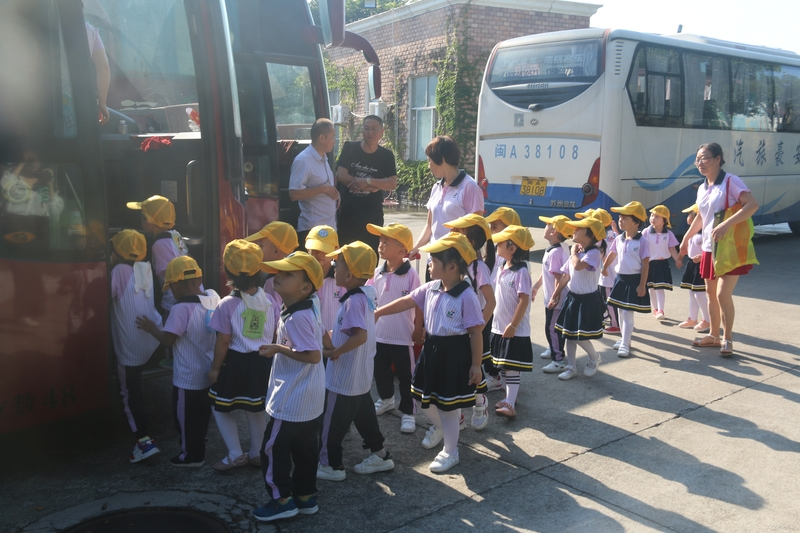 """福建西山学校组织开展幼儿""""亲自然,共成长""""大型社会实践活动"""