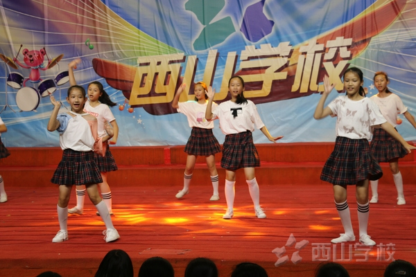 看五星红旗迎风飘扬——福建西山学校小学部举行迎国庆美丽心灵演出活动