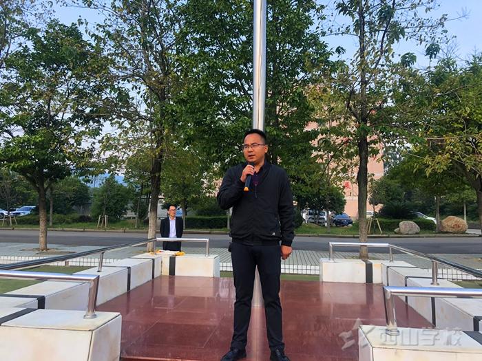 好习惯影响一生——江西省西山学校初中部举行第七周升旗仪式