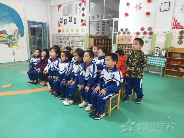 安全上下楼梯——福清西山学校幼儿园